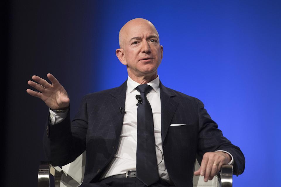 Chuyến bay vào vũ trụ cùng với tỷ phú Jeff Bezos được bán với giá 28 triệu USD - Ảnh: AFP