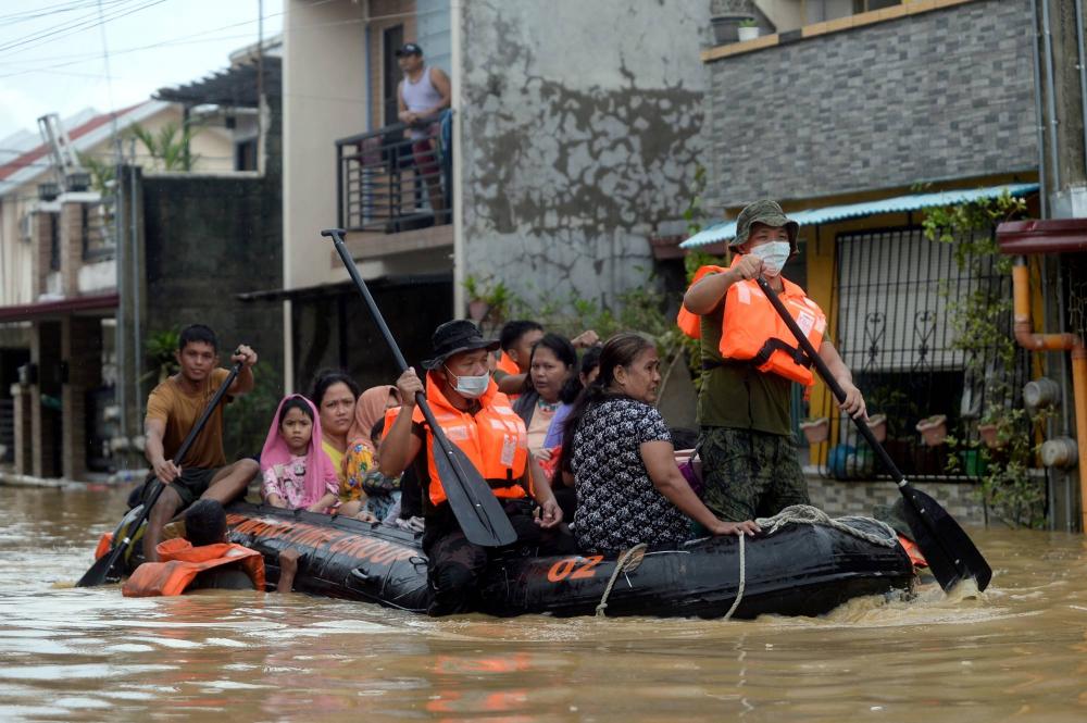 Cư dân trên một thuyền cứu hộ sơ tán khỏi những ngôi nhà bị ngập lụt trong cơn bão Vamco ở tỉnh Rizal, Philippines, vào tháng 11/2020 - Ảnh: Reuters
