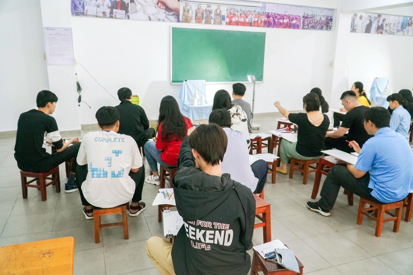 Thí sinh dự thi năng khiếu vẽ tại Trường đại học Công nghệ TP.HCM năm 2020 - ẢNH: PHÚC TRẦN