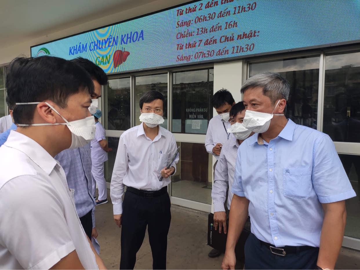 Thứ trưởng Nguyễn Trường Sơn (bên phải) vào làm việc với BV Bệnh Nhiệt đới TPHCM sáng 13/6. Ảnh: Khôi Nguyễn