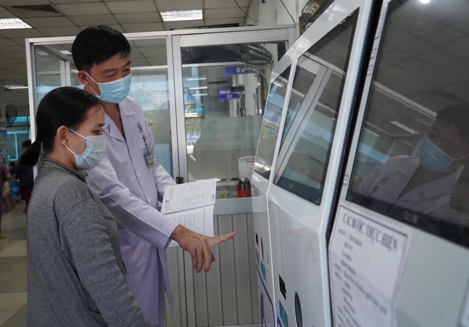 Đăng ký khám chữa bệnh qua bảng điện tử tại BV nhân dân Gia Định.