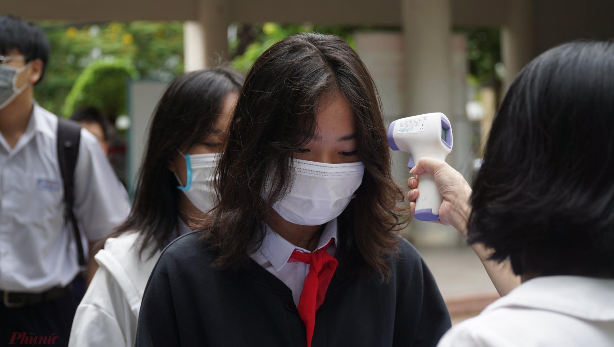 Học sinh được lấy mẫu xét nghiệm trước kỳ thi