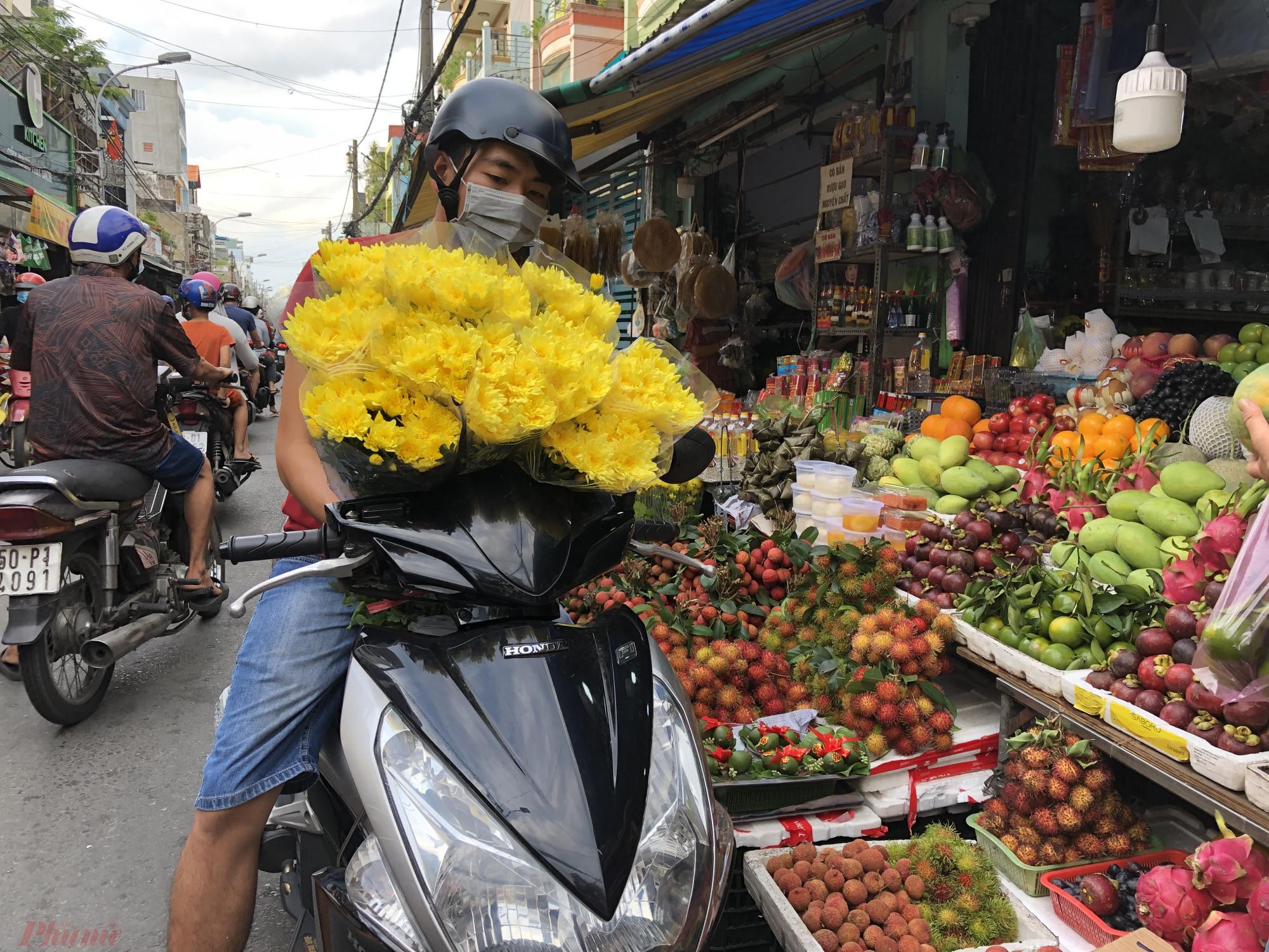 Cách mua hoa của người dân cũng khác hơn. Khách thường chọn hoa cúc vì giá rẻ. Các loại hoa ly, hoa cát tường... sức mua chậm hơn