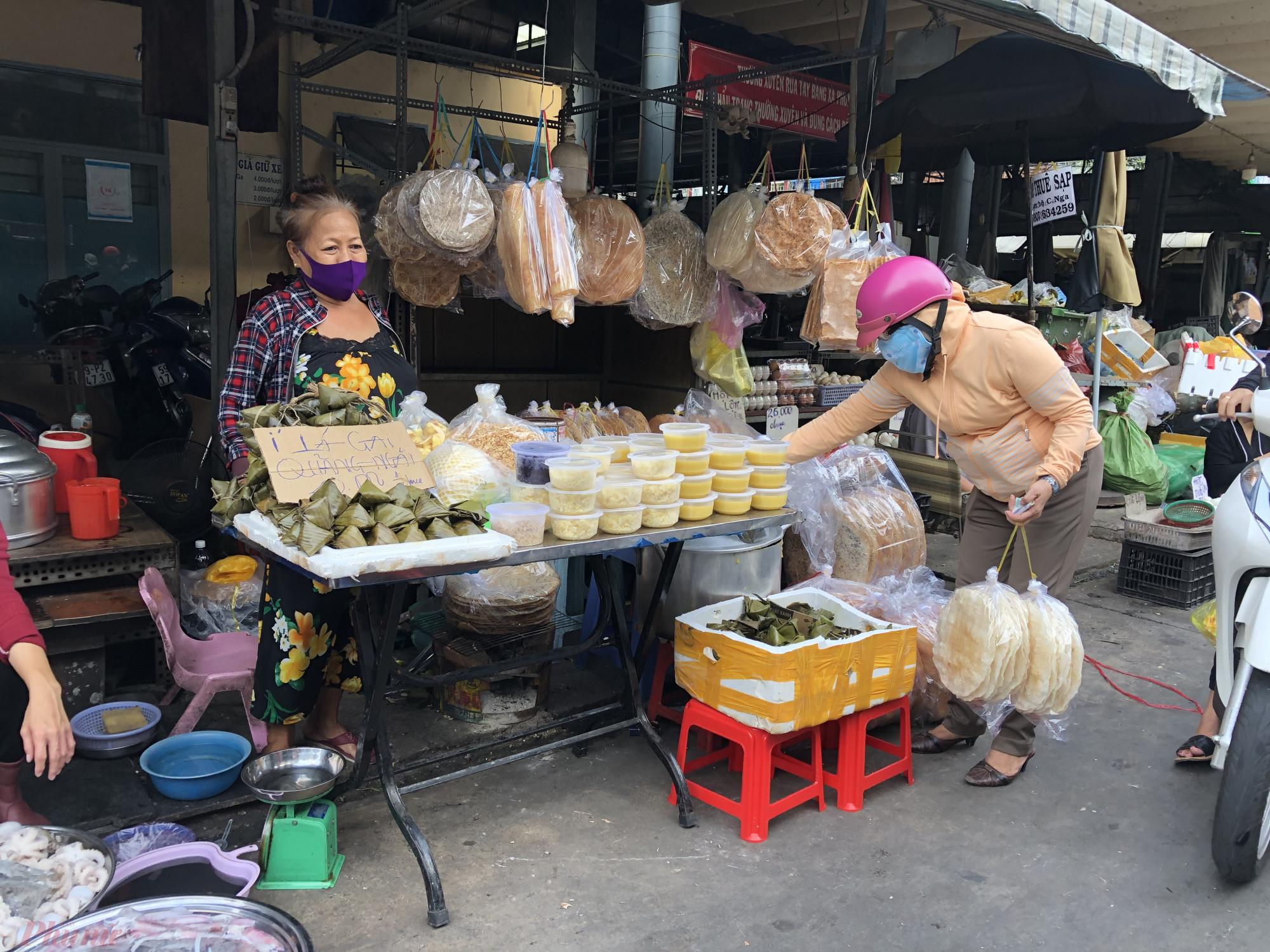Tại chợ Bà Hoa còn bán bán lá gai để cúng Tết Đoan Ngọ