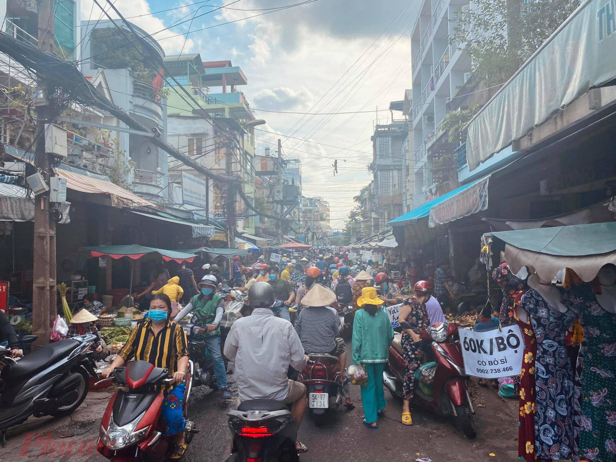 Tết Đoan Ngọ rơi vào thứ hai (14/6) nên nhiều người tranh thủ ngày nghỉ chủ nhật đi chợ sớm. Lượng khách đến chợ Bà Chiểu (Q.Bình Thạnh, TPHCM) đông nghẹt.