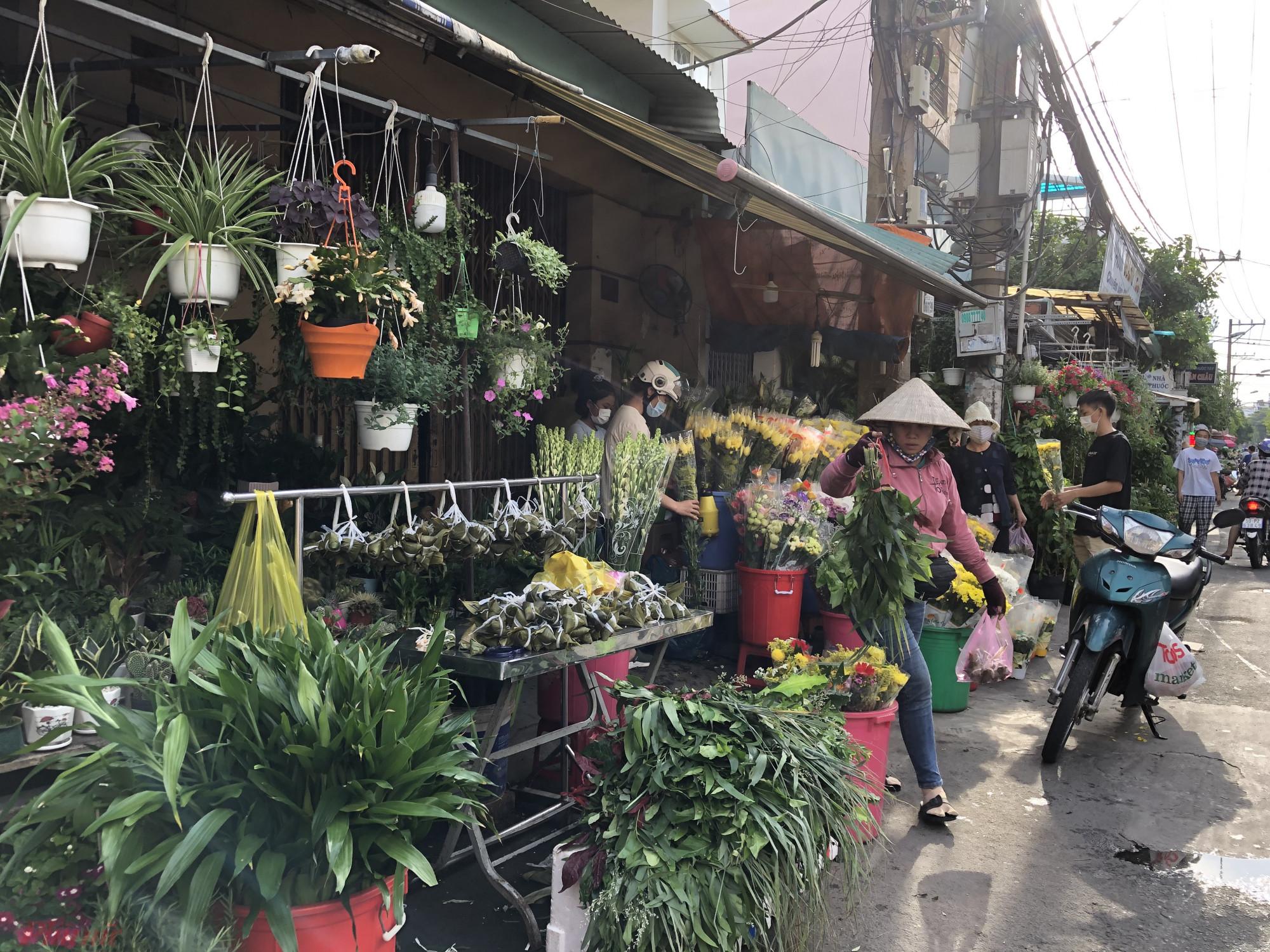 Các loại lá xông tại chợ này cũng khá mắc hơn. Nếu bán ngay mặt tiền chợ thì lá xông giá 20.000 đồng/bó, đi sâu vào hẻm thì còn 15.000 đồng/bó.
