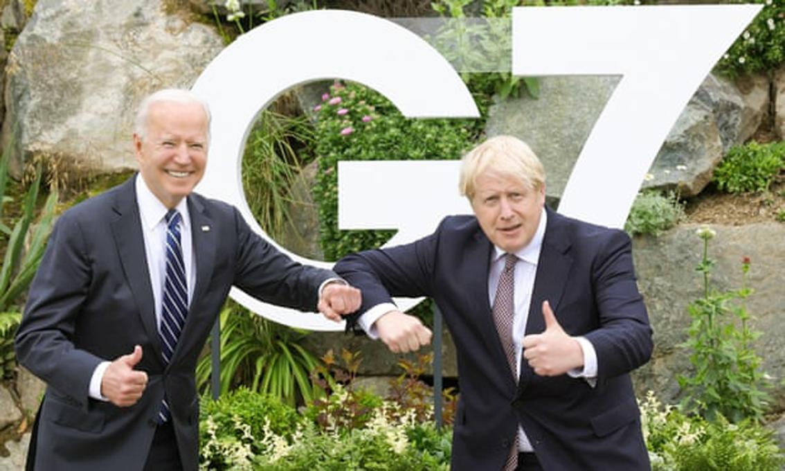 Thủ tướng Anh Boris Johnson (phải) chụp ảnh với Tổng thống Joe Biden ở Vịnh Carbis, Cornwall hôm 11/6