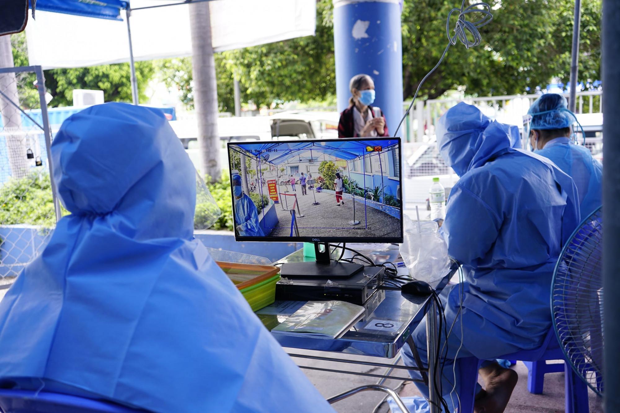 BV nhân dân Gia Định dùng máy tầm nhiệt từ xa tại khu vực đăng ký khám bệnh.
