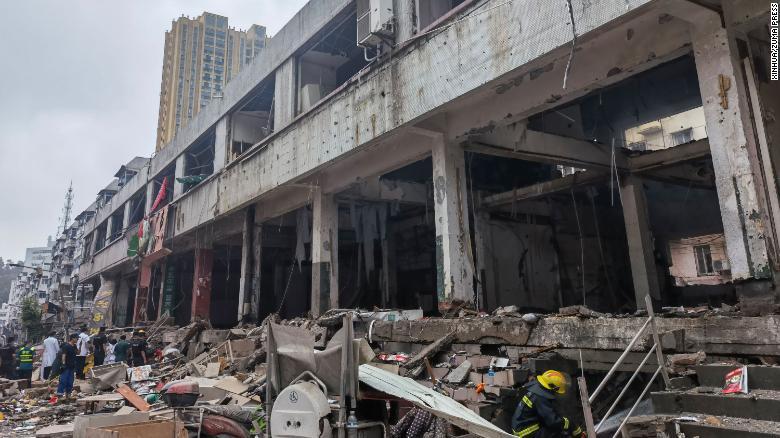 Lực lượng cứu hộ làm việc tại một địa điểm nổ đường ống dẫn khí đốt ở Shiyan, Trung Quốc, được nhìn thấy vào Chủ nhật.