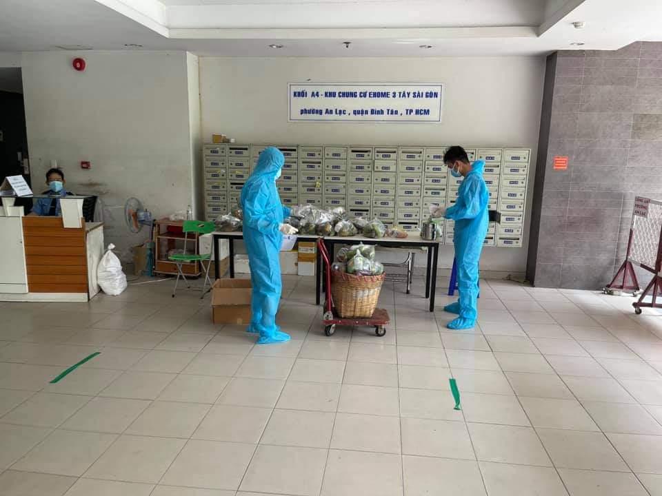Các tình nguyện viên vận chuyển hàng hóa giúp người dân ở lầu 3 và lầu 9, block A3,4 chung cư Ehome 3 đang cách ly tại nhà.