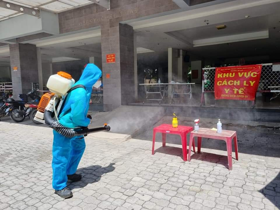 Lực lượng chức năng đang phun khử khuẩn tại chung cư Ehome 3.