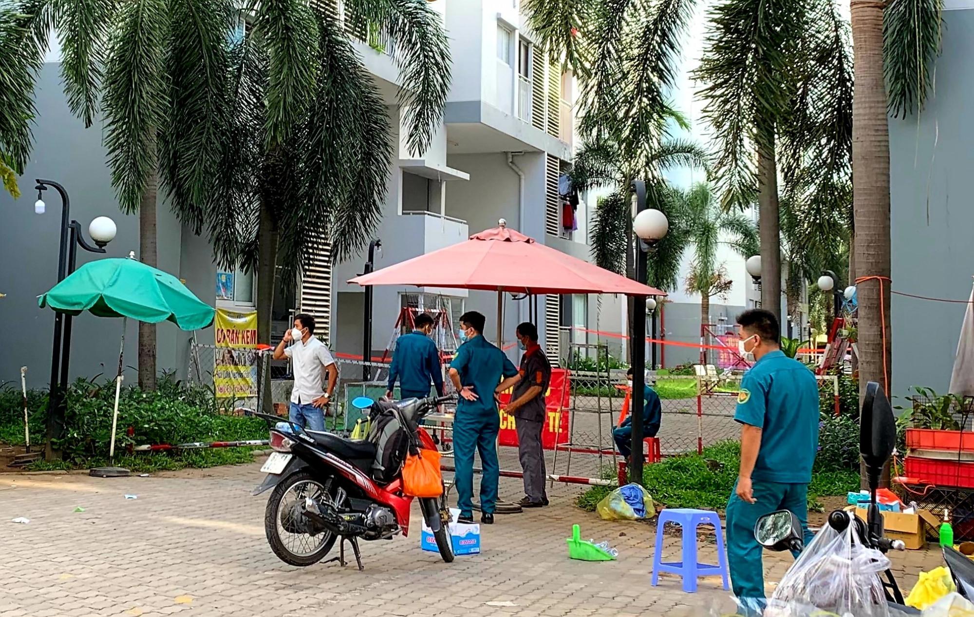 Toà nhà C2 chung cư Ehome 4 bị phong toả tạm thời. Ảnh Giang Nhung, Trung tâm kiểm soát bệnh tật BD