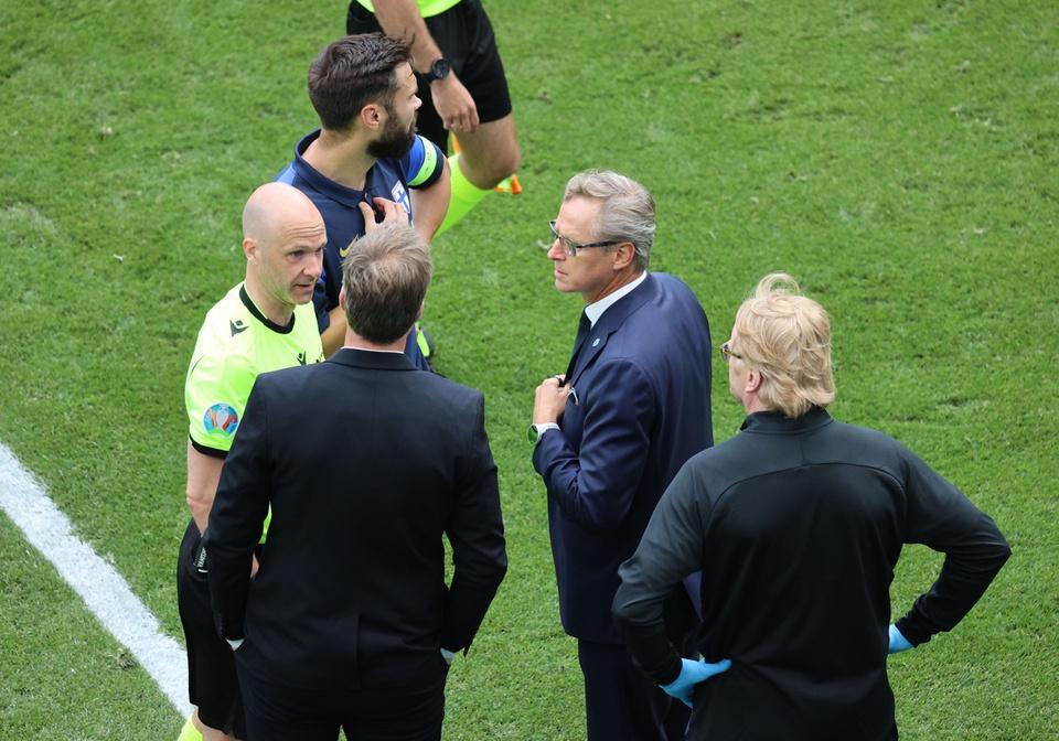 Nhận thức được tình hình nghiêm trọng của vấn đề, trọng tài Anthony Taylor ngay lập tức thổi còi và dừng các trận đấu.