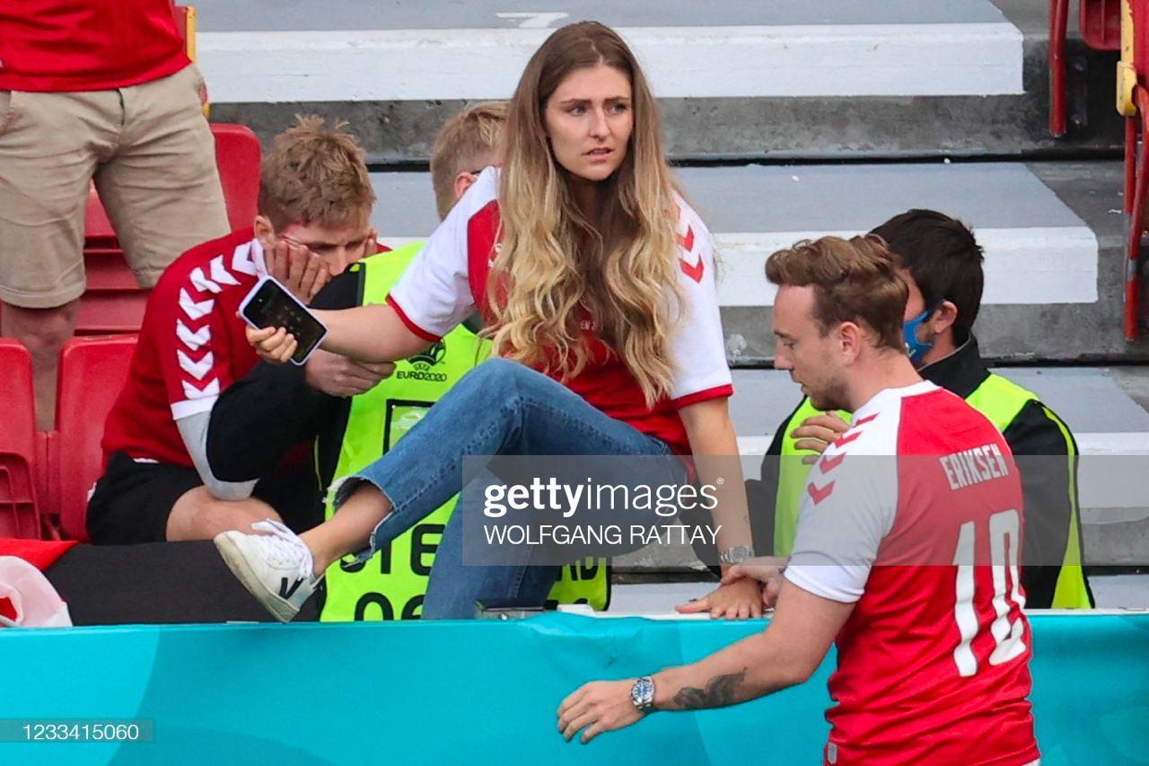 Vợ của Eriksen, Sabrina Kvist Jensen, bất chấp leo rào, lao vào sân để xem tình hình của chồng.