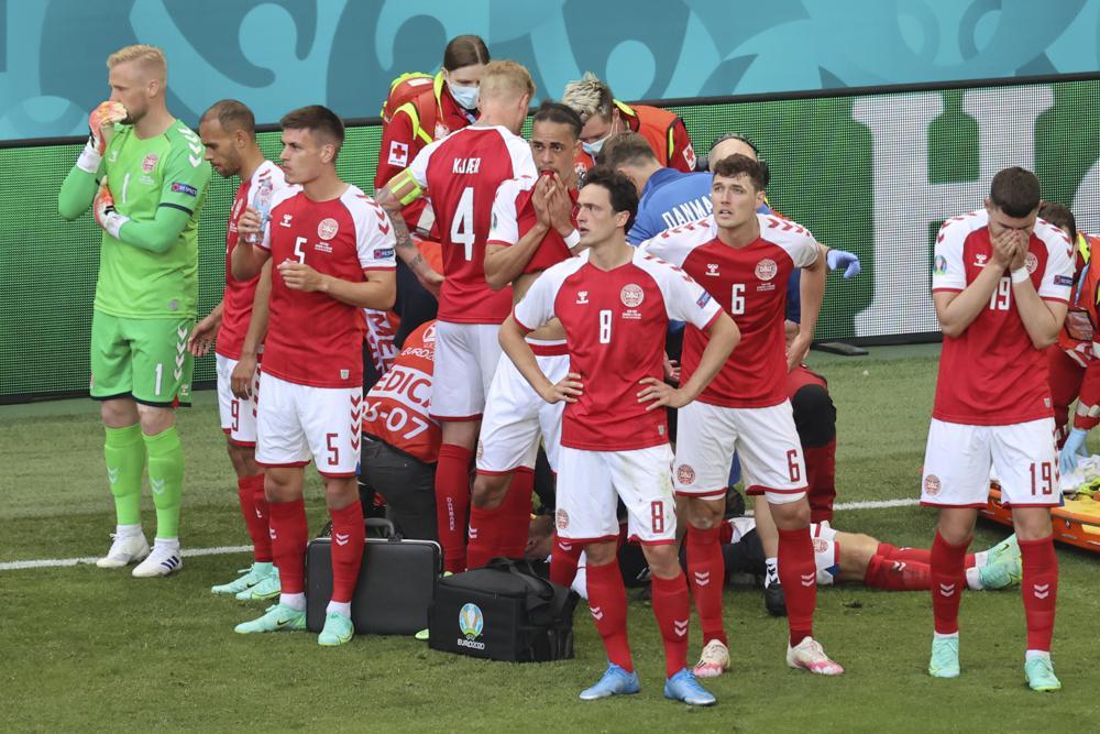 Đội trưởng tuyển Đan Mạch Simon Kjaer có mặt bên cạnh Christian Eriksen và yêu cầu các đồng đội tạo thành một lá chắn xung quanh khi các bác sĩ điều trị, để che chắn cho hình ảnh của tiền vệ tài nàng không bị lọt vào ống kính của truyền thông.