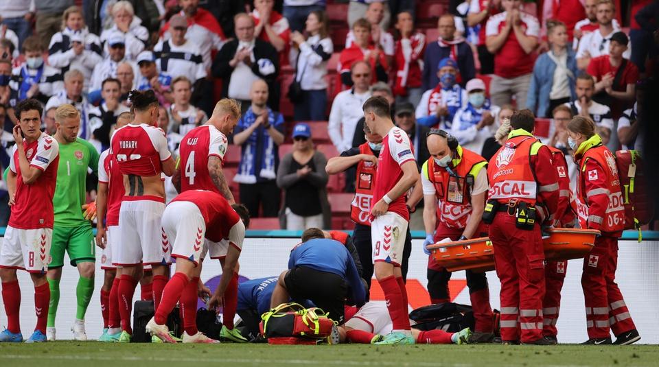 Chứng kiến Christian Eriksen đột ngột ngã quỵ xuống sân và rơi vào tình trạng mất ý thức, cầu thủ cả hai đội Đan Mạch và Phần Lan hốt hoảng và nhanh chóng gọi đội ngũ y tế hỗ trợ.