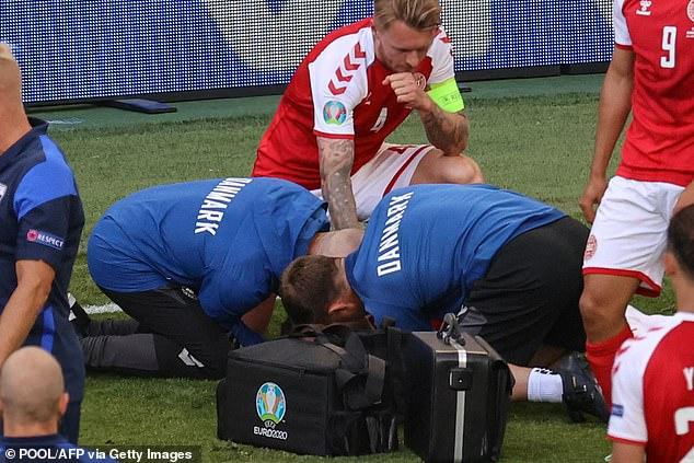 Các nhân viên y tế tiến hành hô hấp nhân tạo cho Christian Eriksen.