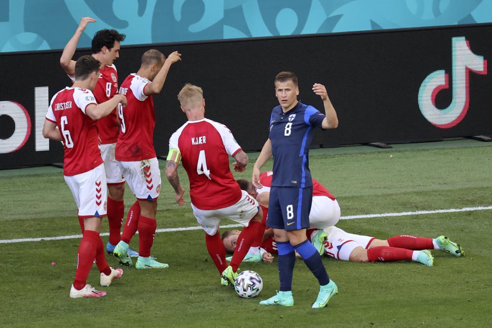 """Christian Eriksen nằm bất tỉnh trên sân, mạch đập liên hồi, bác sĩ Morten Boesen của đội tuyển Đan Mạch nhận ra tình hình cực kỳ nghiêm trọng. """"Anh ấy đang thở, và tôi có thể cảm nhận được mạch của anh ấy. Nhưng đột nhiên điều đó đã thay đổi, Và như mọi người đã thấy, chúng tôi bắt đầu hô hấp nhân tạo cho anh ấy""""."""