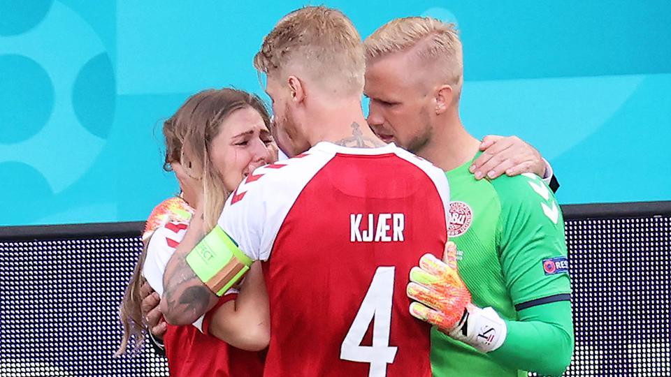 Cô bật khóc nức nở và không dữ được sự bình tĩnh khi thất chồng đang nguy kịch. Đội trưởng Đan Mạch Simon Kjaer và thủ môn Kasper Schmeichel đã nhanh chóng động viện và an ủi Sabrina Kvist Jensen.