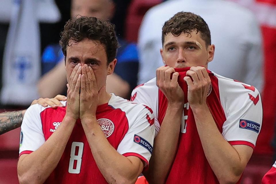 Trước tình trạng nghiêm trọng của đồng đội, một số cầu thủ rơi nước mắt và chỉ biết đứng cầu nguyện. Tiền vệ Thomas Delaney và trung vệ Andreas Christensen không kìm được cảm xúc..