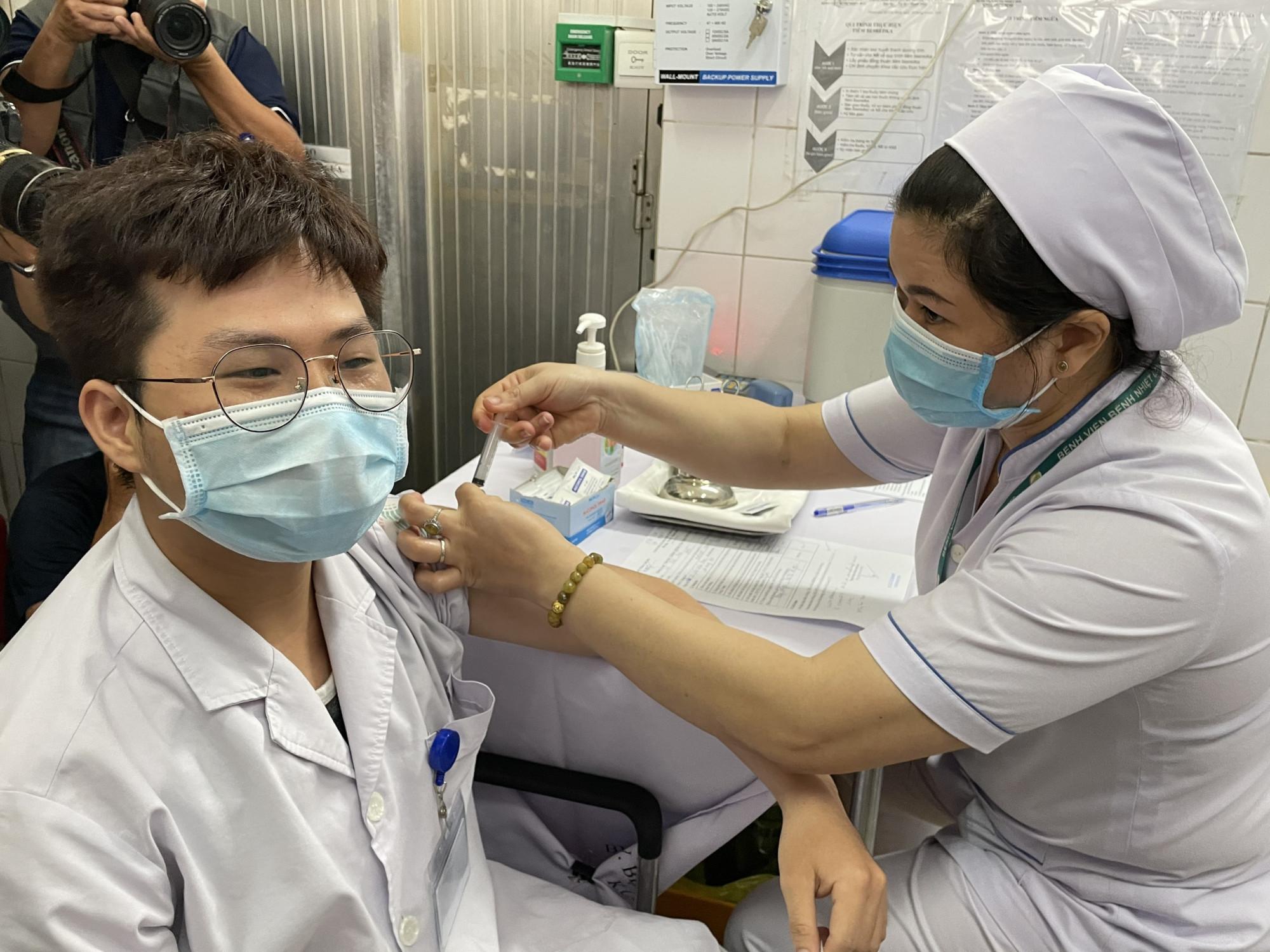 Tiêm vắc xin AstraZeneca cho nhân viên y tế tại BV Bệnh Nhiệt đới TPHCM.