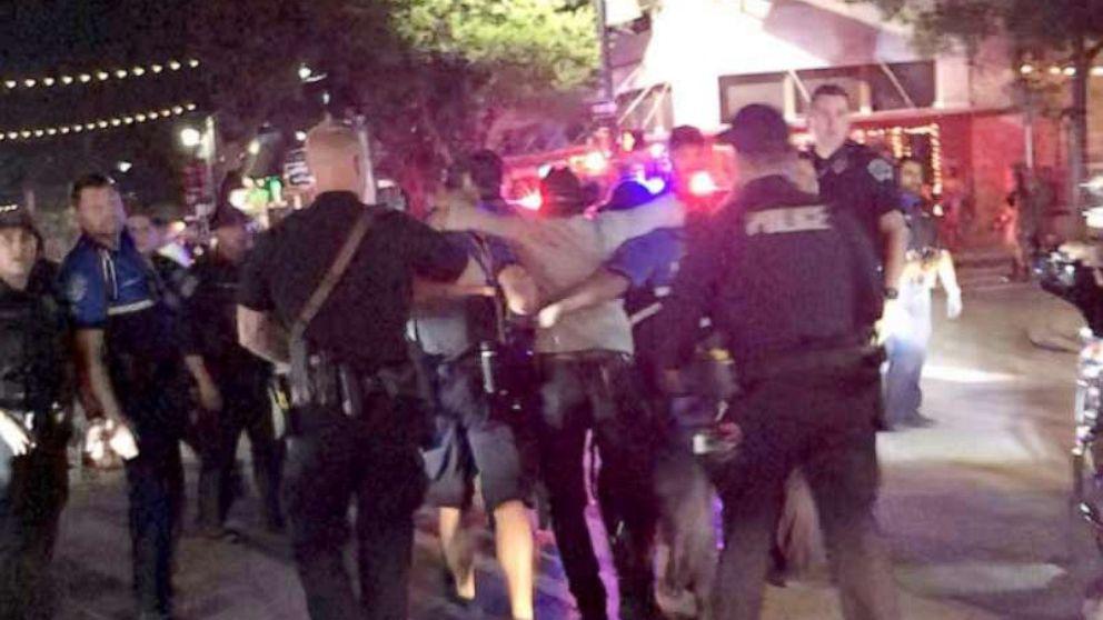Các nhân viên cảnh sát hộ tống một nạn nhân sau khi có vụ nổ súng tại một khu giải trí sầm uất ở Austin, Texas, ngày 12/6/2021 - Ảnh: Twitter