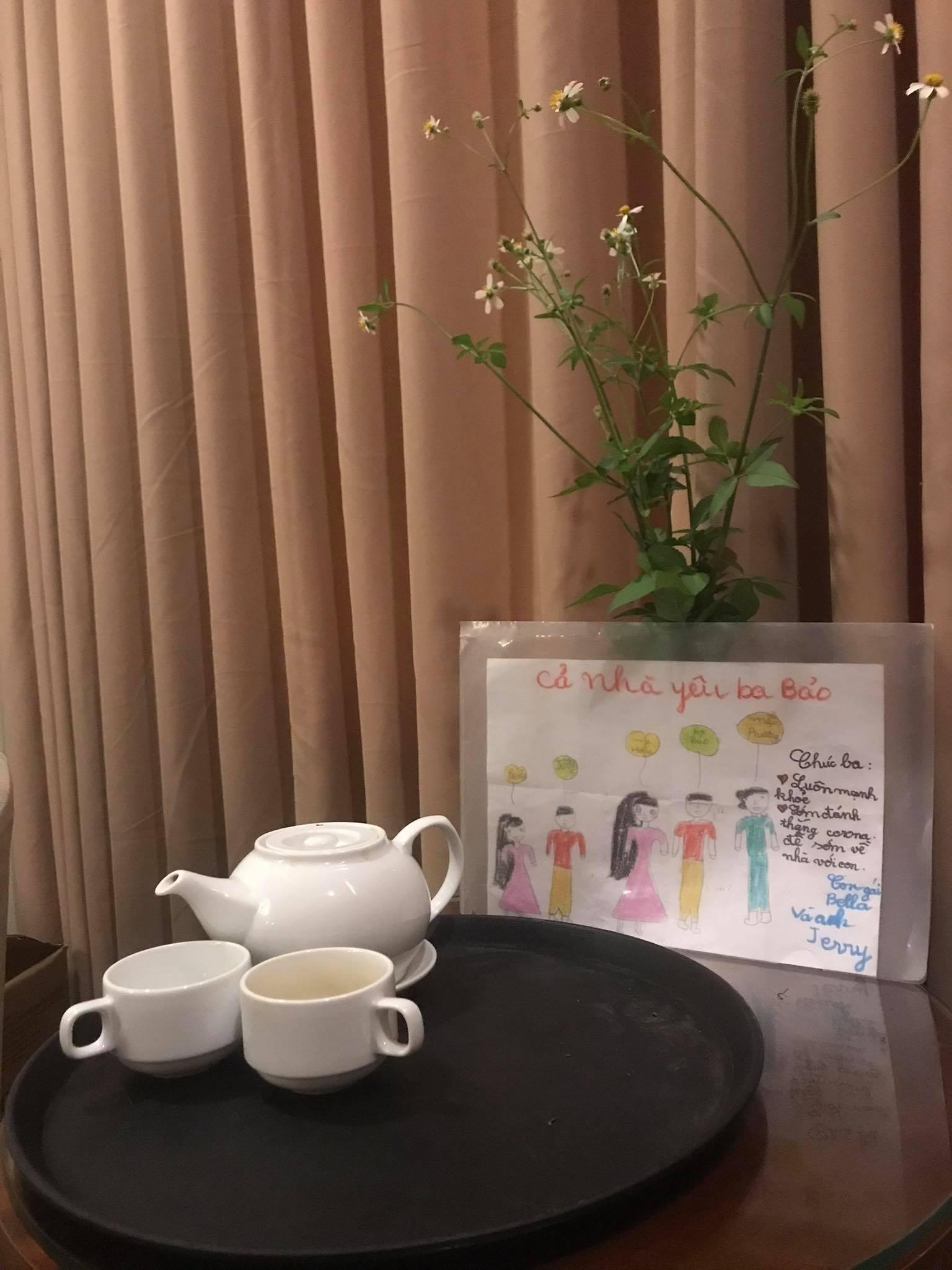 Góc thư giãn của nam điều dưỡng sau mỗi ca trực là uống trà và ngắm nhìn nét vẽ hồn nhiên của con qua tấm ảnh (Ảnh nhân vật cung cấp)