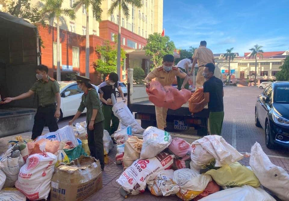 Hàng tấn nông sản lần lượt được chị em huyện Hương Khê vận chuyển xuống các khu vực đang phong tỏa trên địa bàn