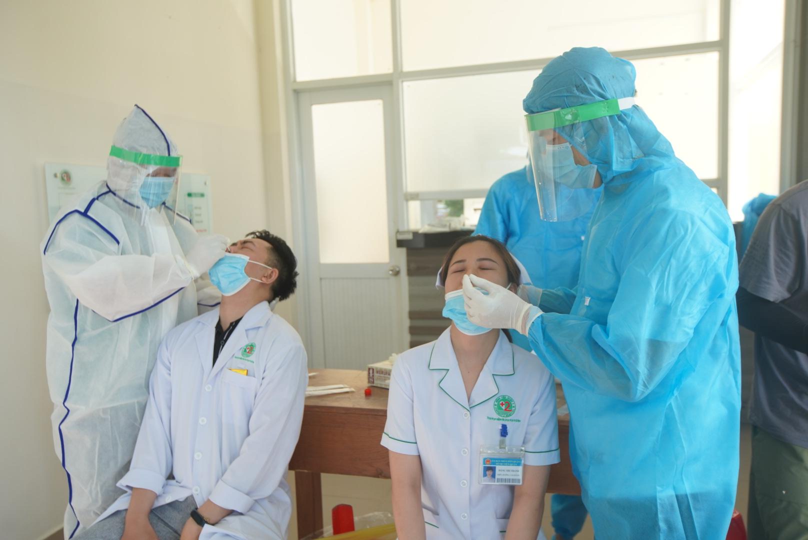 Lấy mẫu xét nghiệm COVID-19 tại Bệnh viện Lê Văn Thịnh. Ảnh: Xuân Bình.