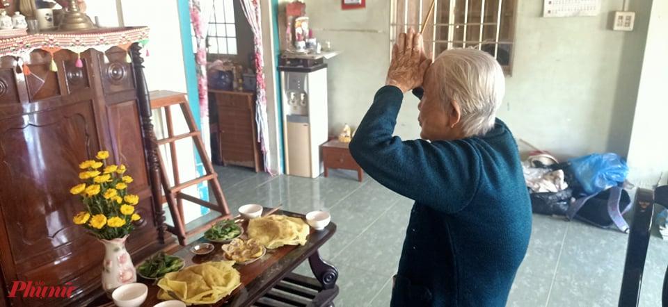 Mấy thập kỉ qua, đến ngày này, bà Tám, 86 tuổi cúng tổ tiên ngày Mùng 5/5