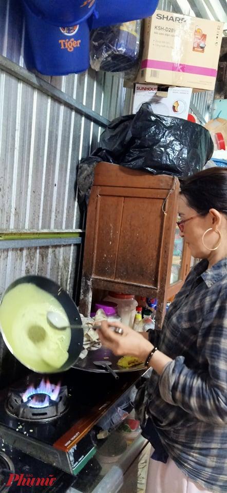 Chị Kim Chi, đổ bánh xèo - món truyền thống ngày Tết Đoan ngọ ở An Giang