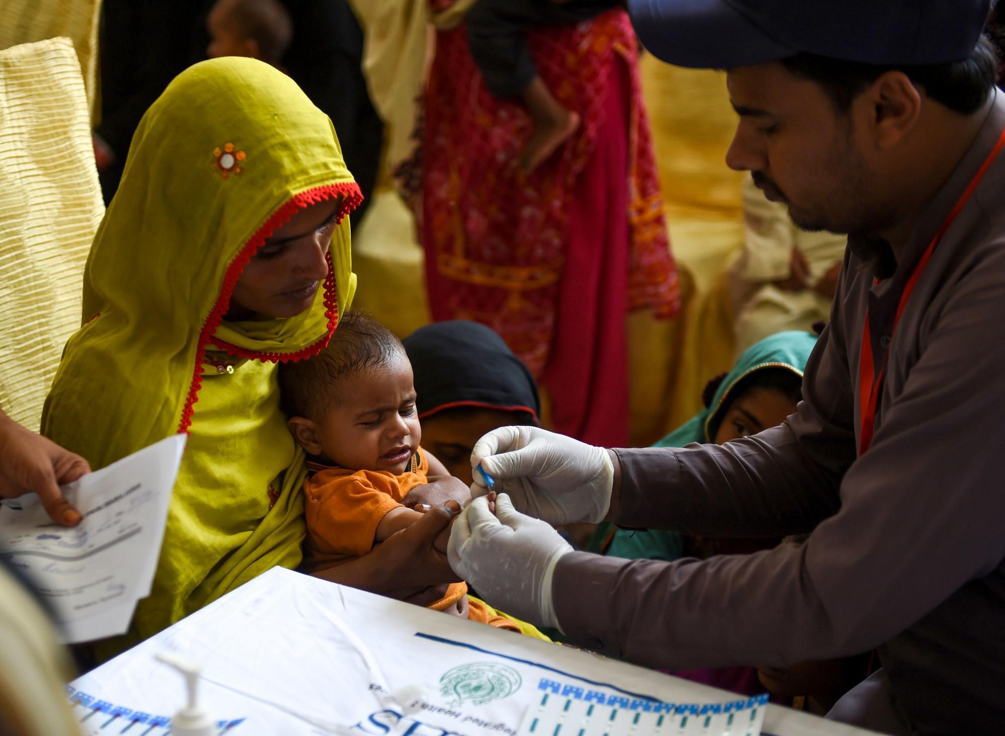 Tái sử dụng kiêm tiêm sai cách khiến Pakistan đối mặt với sự bùng phát HIV ở đối tương trẻ em, thanh thiêu niên