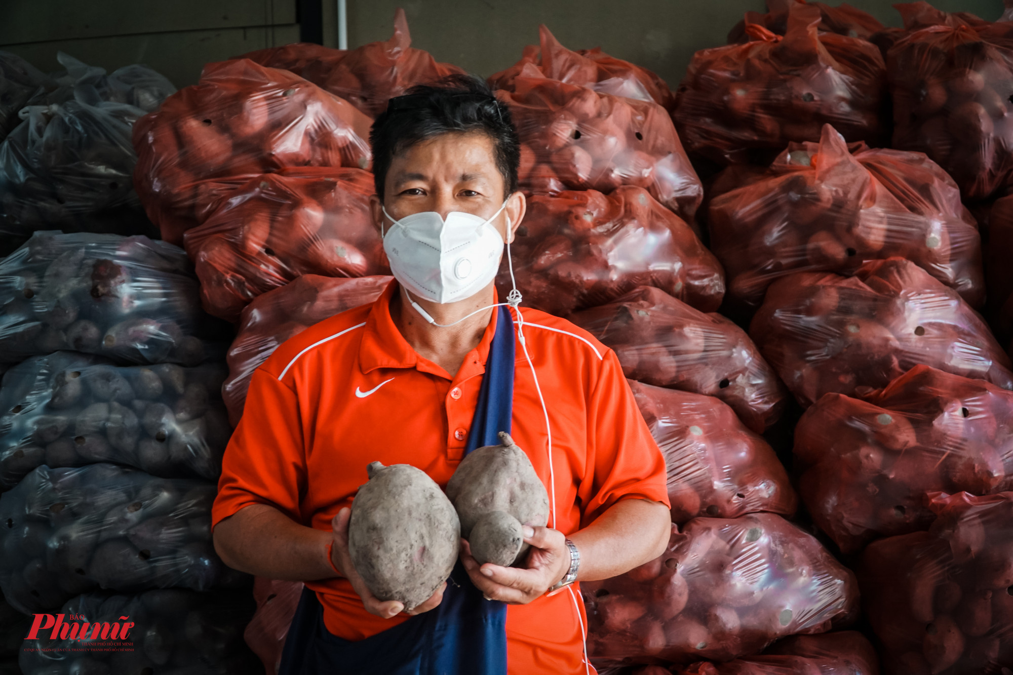 """Anh Trương Hữu Thanh - quản lý """"giải cứu"""" vựa khoai (quận Phú Nhuận) mong muốn người dân hiểu đúng, hiểu rõ về giá trị dinh dưỡng của khoai lang tím."""