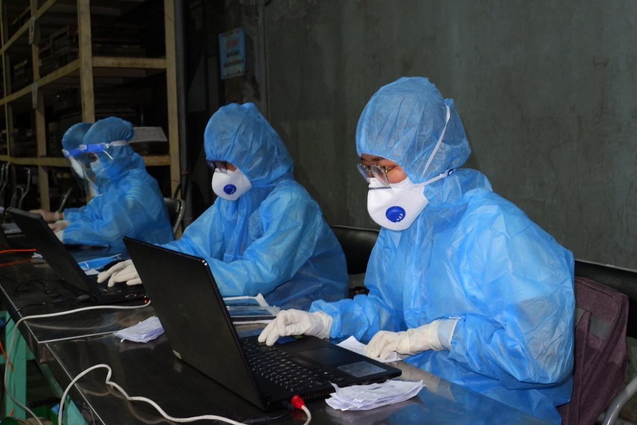 Lực lượng lấy mẫu xét nghiệm COVID-19 tại TPHCM. Ảnh HCDC