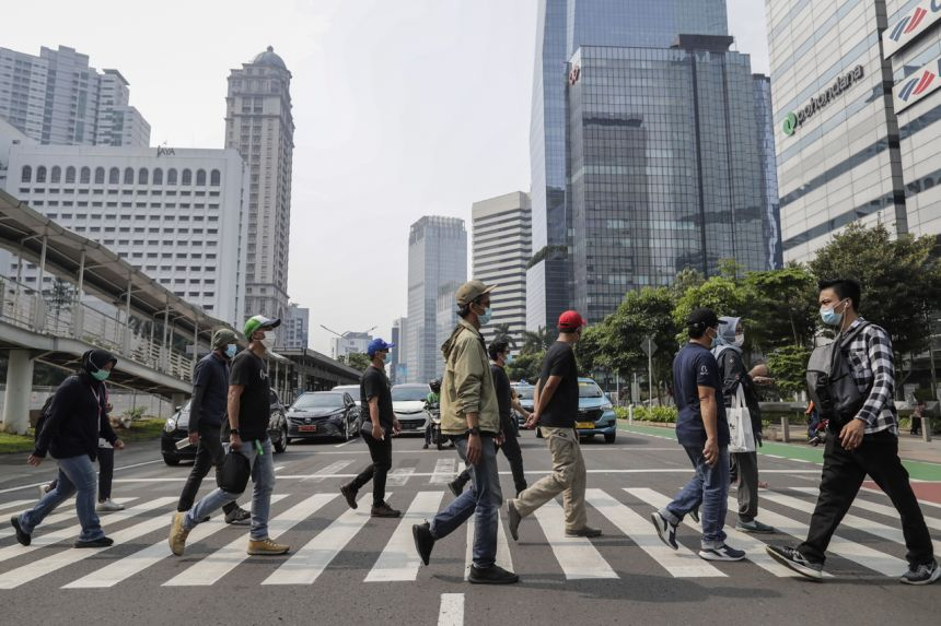 Số ca mắc COVID-19 tăng cao, gây áp lực lên hệ thống y tế tại Indonesia.
