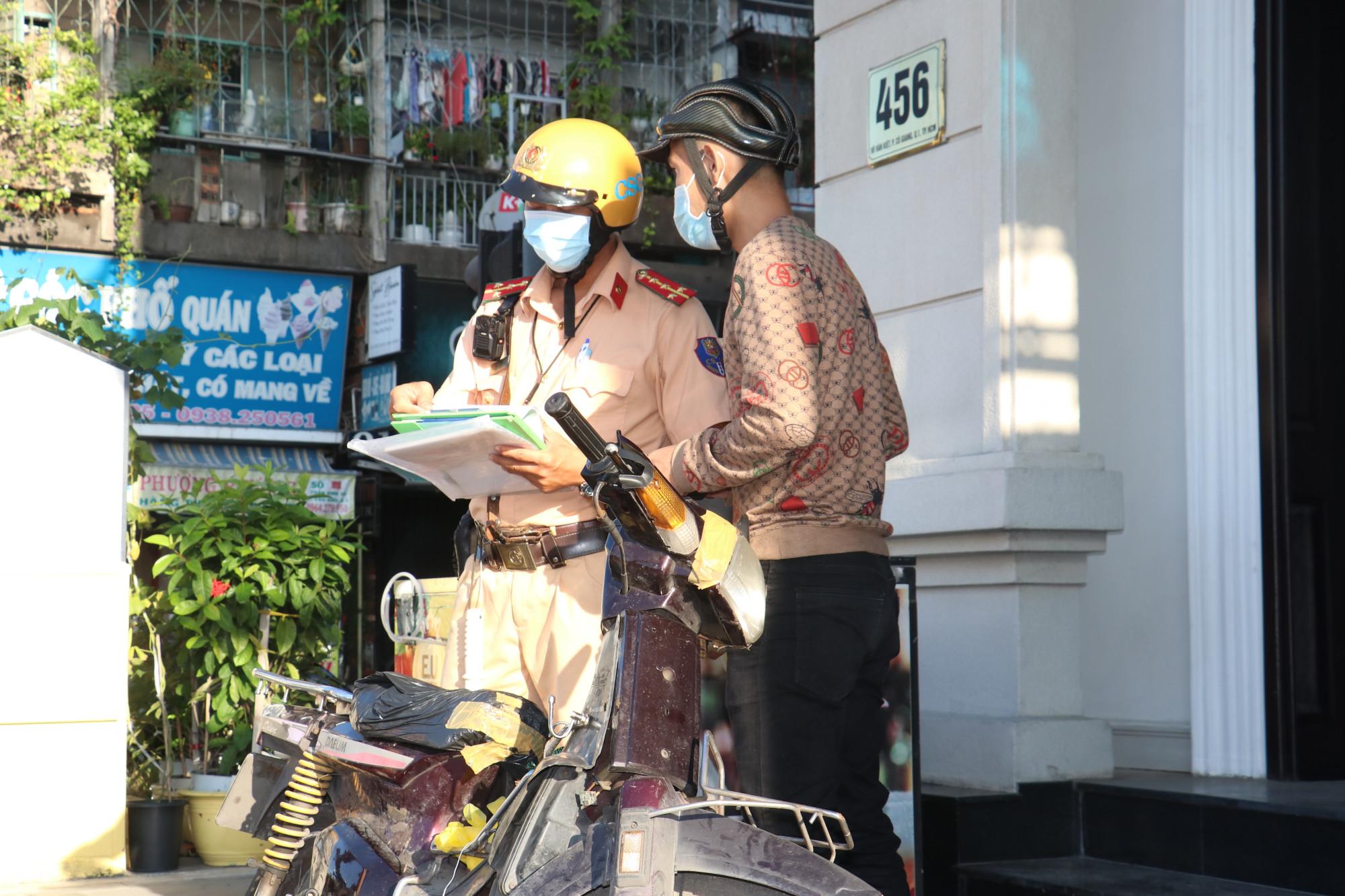 Thanh niên điều khiển xe máy chạy vào đường cấm, không mang theo giấy đăng ký xe bị xử phạt.