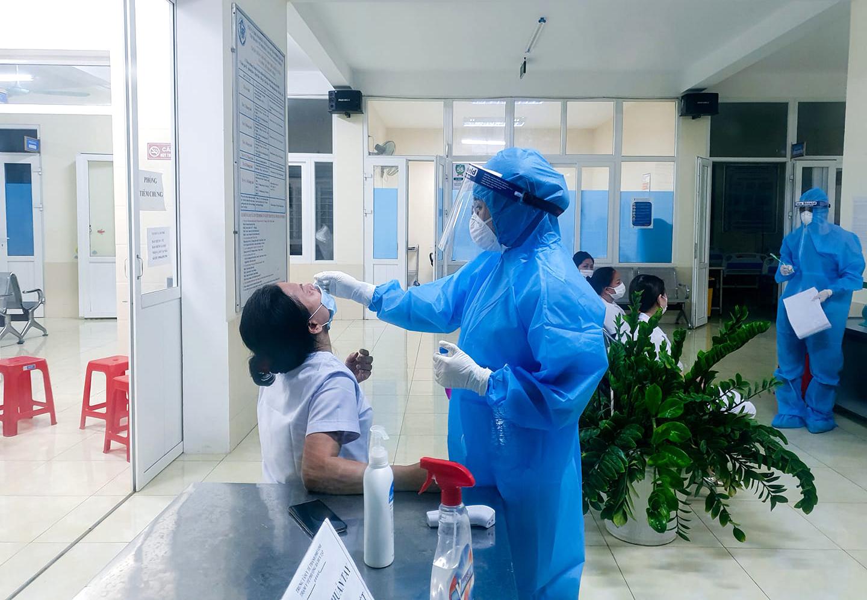 Cán bộ y tế phường Hà Huy Tập được lấy mẫu xét nghiệm COVID-19