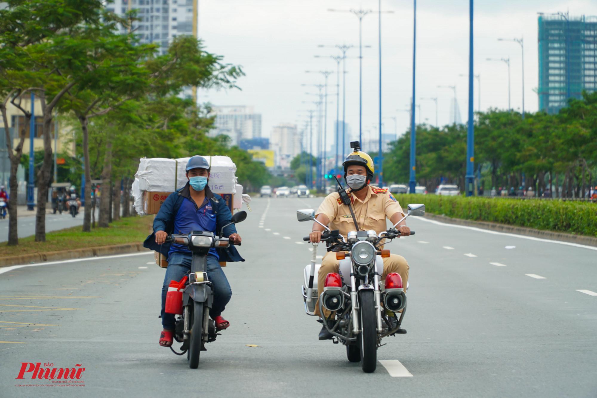 Nhiều người điều khiển xe máy vô tư chạy vào làn xe ô tô