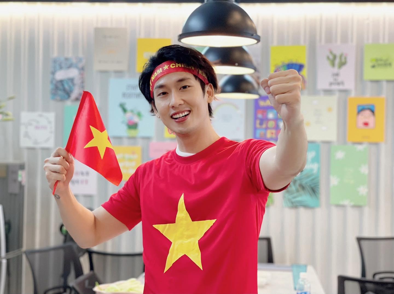Diễn viên Tuấn Trần vui mừng trước thành tích mà tuyển Việt Nam đạt được.