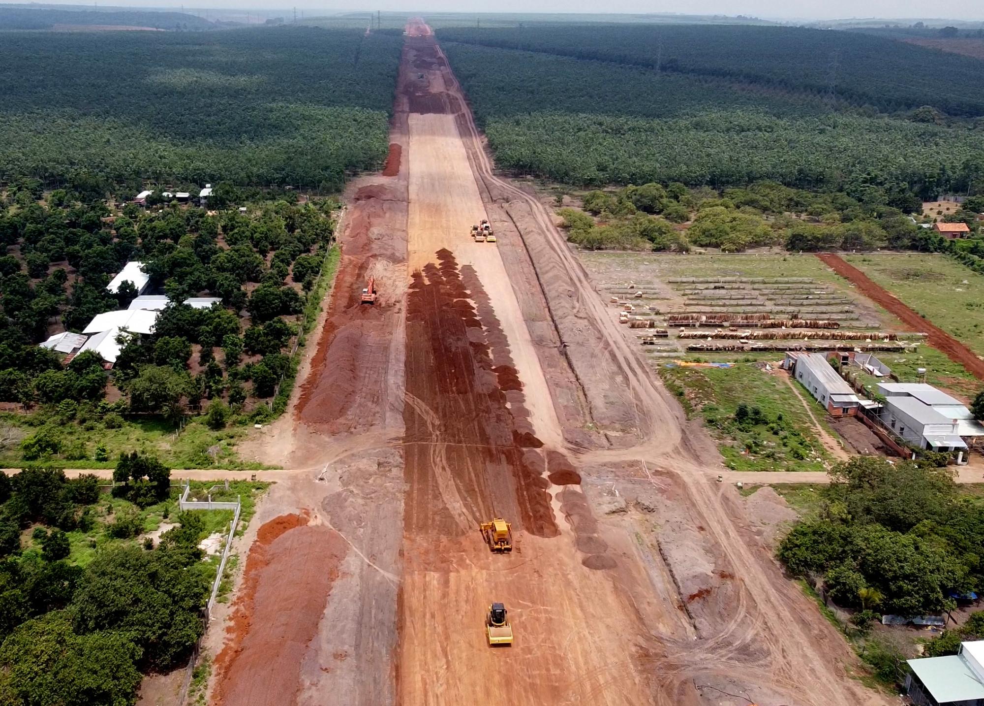 Nhiều tỉnh thành có cao tốc Bắc - Nam đi qua đều gặp khó khăn khi thiếu vật liệu đắp nền đường. Ảnh: Trường Nguyên