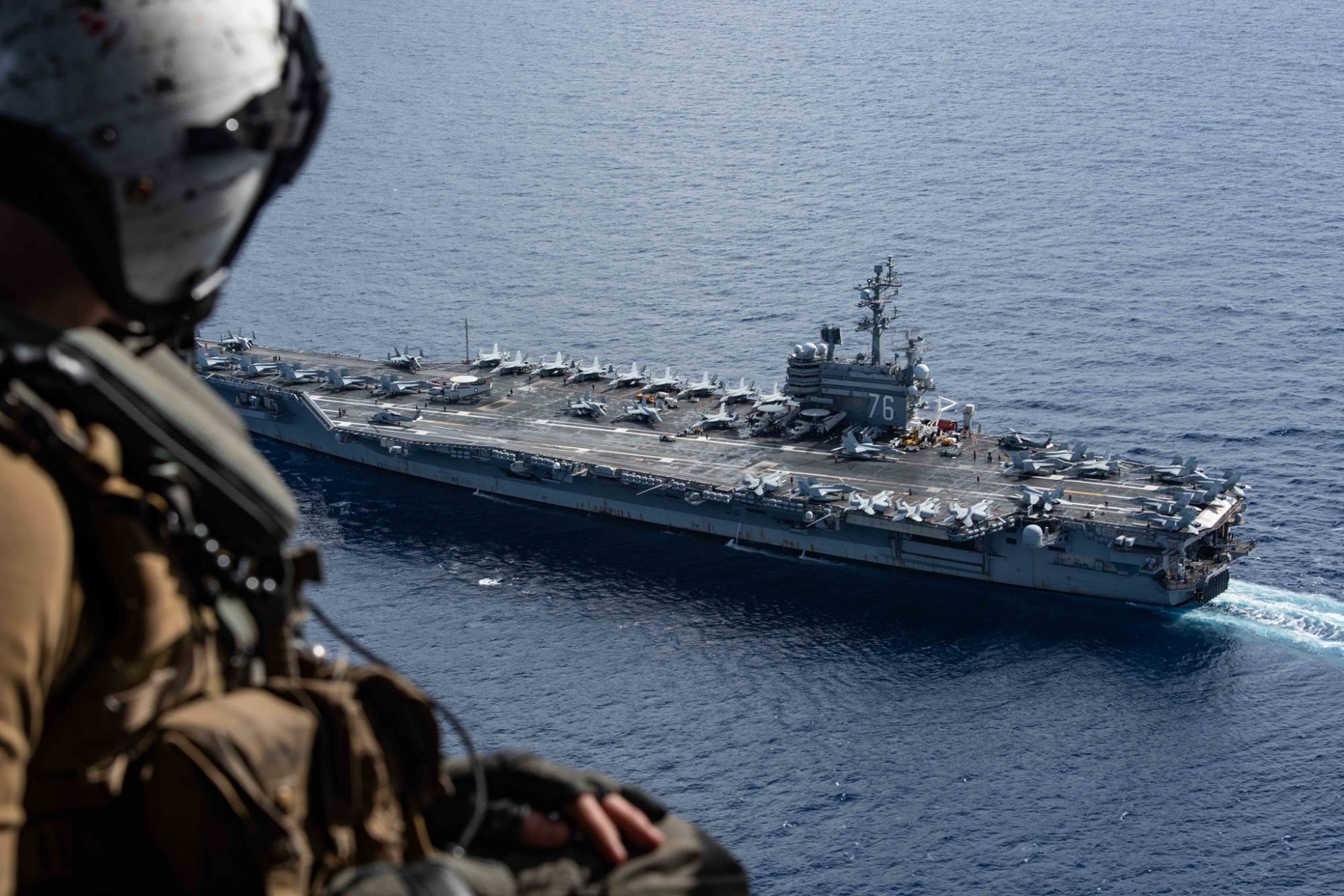 Hàng không mẫu hạm USS Ronald Reagan của Hải quân Mỹ trong một buổi diễn tập chung với tàu tuần dương tên lửa dẫn đường USS Shiloh