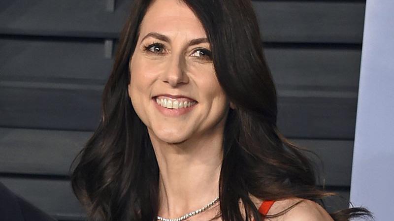 MacKenzie Scott đã cam kết cho đi phần lớn tài sản của mình từ cuộc giải quyết ly hôn với Jeff Bezos.