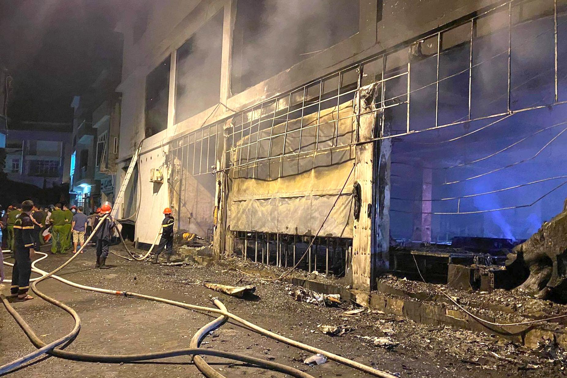 Nhiều lực lượng được huy động tới hiện trường chữa cháy trong đêm