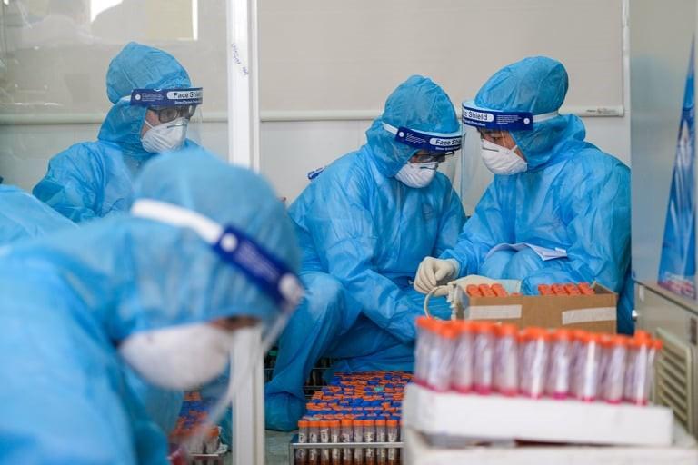 Nhân viên y tế kiểm lấy mẫu xét nghiệm COVID-19