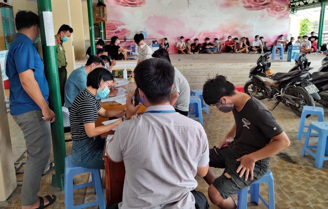Khách chơi game quán Lộc Phạm bị xử phạt 2 triệu đồng/người. Ảnh Lương Hợp