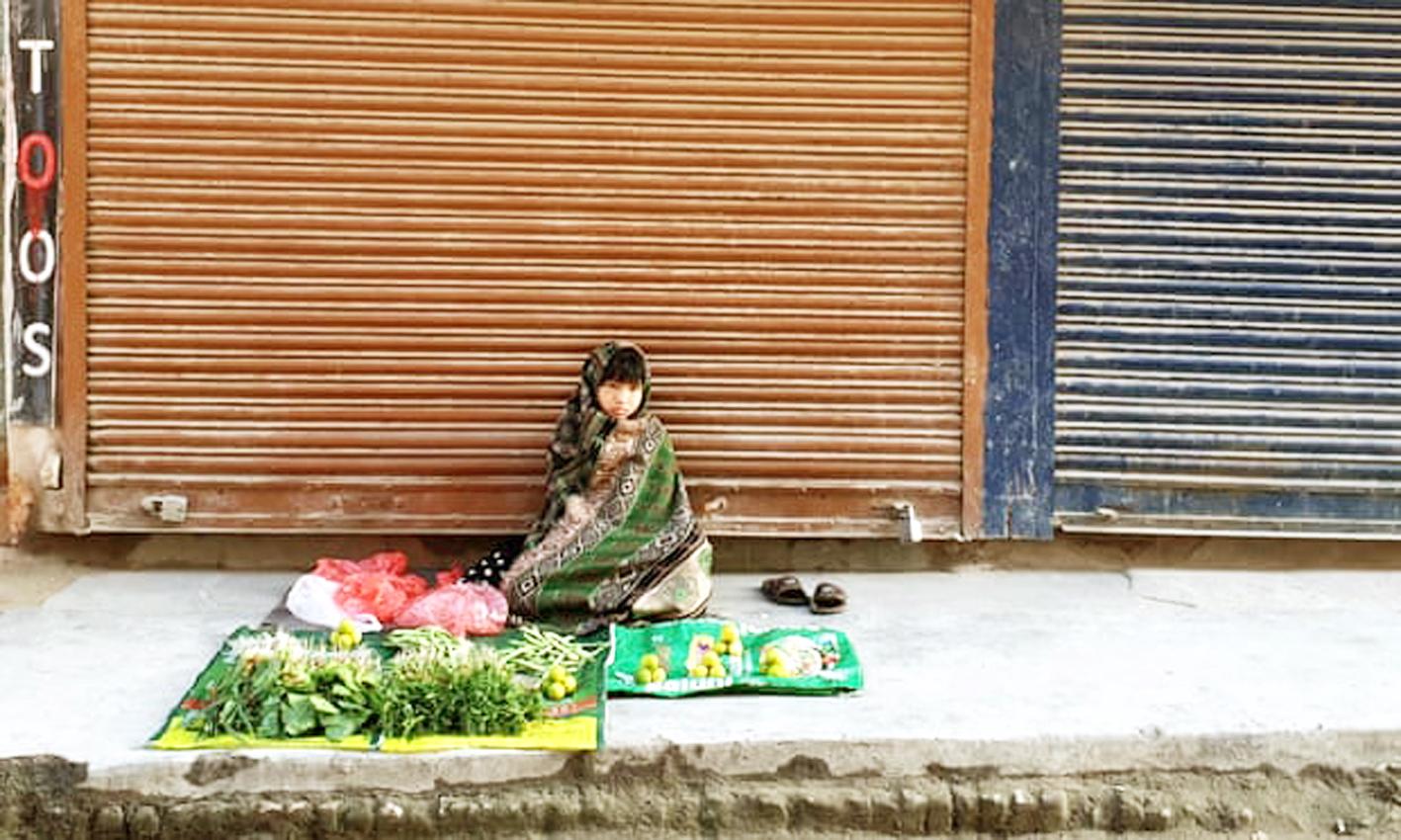 Một đứa trẻ bán rau ở Kathmandu, Nepal. Đa số trẻ em được phỏng vấn cho biết thu nhập của gia đình bị ảnh hưởng bởi đại dịch