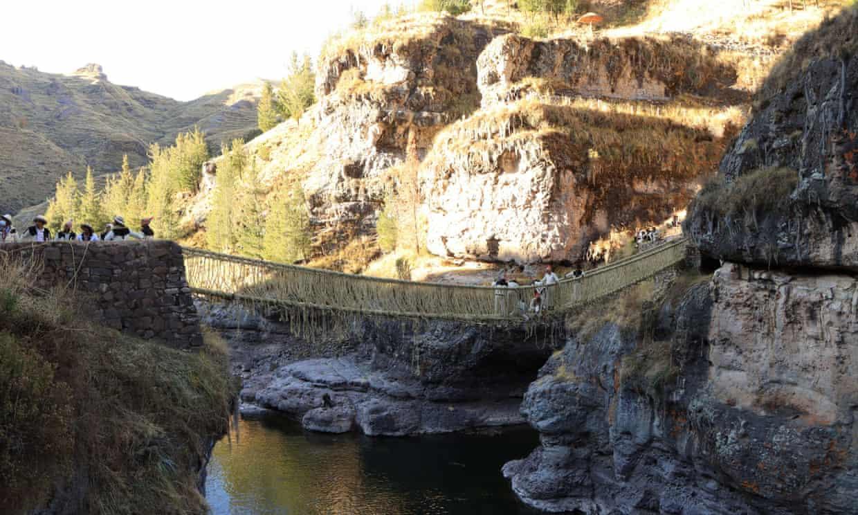 Cây cầu treo bằng dây thừng bắc qua con sông Apurimac - Ảnh: Reuter