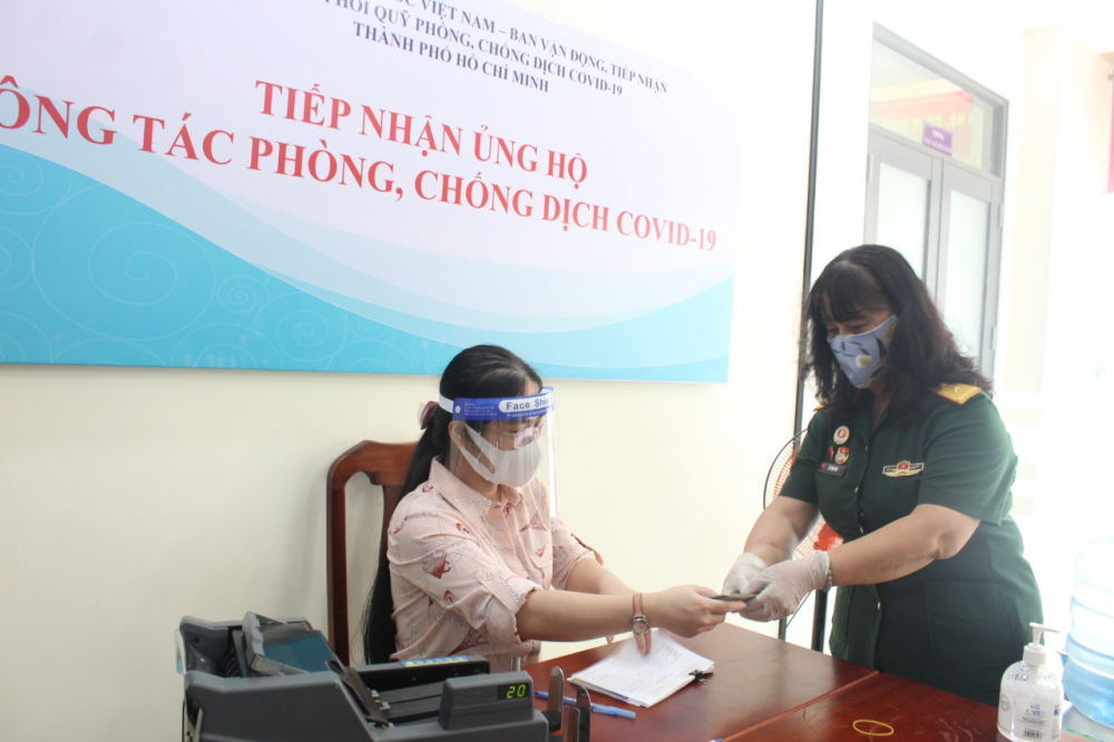 Phó Ban liên lạc truyền thống Trường Sơn - đường mòn Hồ Chí Minh TPHCM trao 50 triệu đồng tiền mặt cho Ủy ban MTTQ Việt Nam TPHCM.