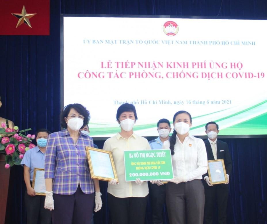 Với mong muốn mỗi người là một viên gạch góp vào bức tường lớn bảo vệ cộng đồng, cô Võ Thị Ngọc Tuyết ủng hộ 200 triệu đồng tiền tiết kiệm để mua vắc-xin.