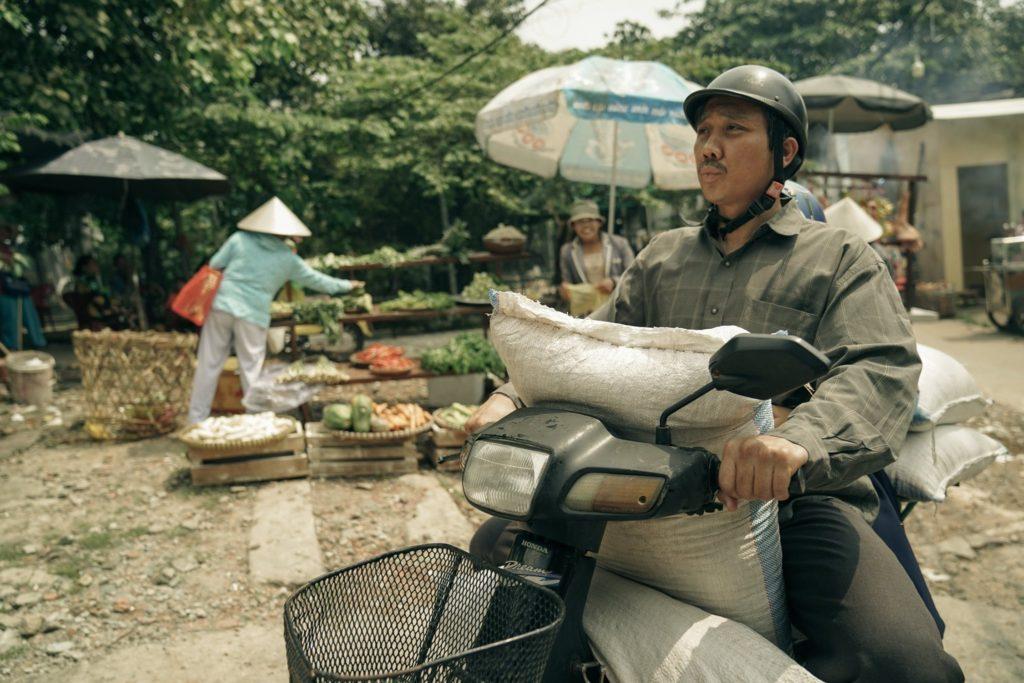 Trấn Thành đảm nhận vai ông Ba Sang trong phim - một người cha thương con nhưng có nhiều khác biệt trong suy nghĩ dẫn đến bất đồng